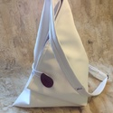 Keresztpántos piramis hátizsák, Táska, Hátizsák, Válltáska, oldaltáska, Tarisznya, Fehér műbőrből készített keresztpántos hátizsák állítható vállpánttal. Belül a táskával harmonizáló ..., Meska