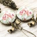 Rózsa fülbevaló masnival, Ékszer, Fülbevaló, Romantikus virágos fülbevaló. Antikolt fém masni medálok és bronz színű láncbojt díszíti...., Meska