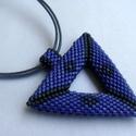 Kék-szürke háromszög medálos nyaklánc, Ékszer, Medál, Nyaklánc, A medál peyote technikával készült, kékes-lila és szürke delica gyöngyöket használtam hozzá. A három..., Meska