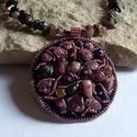 Gyöngyhímzett medál turmalin ásvánnyal, Ékszer, Medál, A medál gyöngyhímzés technikával készült, valódi bőr alapra turmalin ásvány gyöngyből és japán gyöng..., Meska