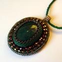 Gyöngyhímzett medál, zöld-bronz színben, A medál gyöngyhímzés technikával készült, v...