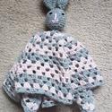 szundi-kendő, Játék, Baba-mama-gyerek, Baba játék, Baba-mama kellék, Pihe-puha szundi-kendő nyuszival 33 x 33 cm, antipilling fonalból , Meska