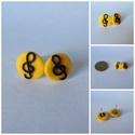 Sárga violinkulcsos mini fülbevaló, Ékszer, óra, Mindenmás, Fülbevaló, Hangszer, zene, Gyurma, 13 mm átmérőjű, sárga-fekete süthető gyurma fülbevaló, ezüst színű alapon, szilikonos fülbevaló vég..., Meska