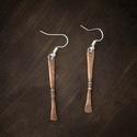 Hosszú kovácsolt füli, Ékszer, Fülbevaló, Ékszerkészítés, Hosszúkás vörösréz fülbevaló. A két széle kovácsolással van lapítva és szélesítve, középen pedig mi..., Meska