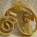 Csigavonalas angyalkás dísz, Dekoráció, Ünnepi dekoráció, Karácsonyi, adventi apróságok, Karácsonyi dekoráció, Szalmafonatból és csuhéból készült saját tervezésű termék. A dísz akasztható. Mérete 10..., Meska
