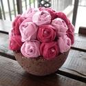 Filc virágok könnyűbeton tartóban, Rózsaszín hajtogatott filcvirágokból készült...