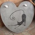 Beton szív kép nyújtózkodó cicussal, A kép betonból készült, nyújtózkodó cica mo...