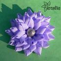 Lila virág hajdísz, Ruha, divat, cipő, Ékszer, Hajbavaló, Bross, kitűző, Tetszetős lila virág szatén szalagból, ezüst középpel. A virág átmérője 8,5 cm.  5 cm-es ..., Meska