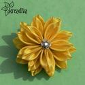 Citromsárga virág hajdísz, Ruha, divat, cipő, Ékszer, óra, Hajbavaló, Bross, kitűző, Pompás sárga virág szatén szalagból. A virág átmérője 8,5 cm.  5 cm-es harapócsat alapra k..., Meska