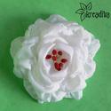 Hófehér virág hajdísz, Ruha, divat, cipő, Ékszer, Hajbavaló, Bross, kitűző, Habkönnyű fehér virág, saját készítésű bordó bibékkel. A virág átmérője 10,5 cm.  5 c..., Meska