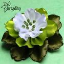 Zöld-fehér virág hajdísz, Ruha, divat, cipő, Ékszer, óra, Hajbavaló, Bross, kitűző, Vidám zöld-fehér virág szatén szalagból, saját készítésű csillogó bibékkel. A virág á..., Meska