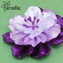 Lila-fehér virág hajdísz, Ruha, divat, cipő, Ékszer, óra, Hajbavaló, Bross, kitűző, Vidám lila-fehér virág szatén szalagból, lila bibékkel. A virág átmérője 7,5 cm.  5 cm-es ..., Meska
