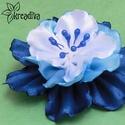 Kék-fehér virág hajdísz, Ruha, divat, cipő, Ékszer, óra, Hajbavaló, Bross, kitűző, Vidám kék-fehér virág szatén szalagból. A virág átmérője 7,5 cm.  5 cm-es harapócsat alap..., Meska