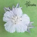 Hófehér virág hajdísz, Ruha, divat, cipő, Ékszer, óra, Hajbavaló, Bross, kitűző, Ékszerkészítés, Mindenmás, Légiesen könnyű fehér organza virág ezüst levelekkel és bibékkel. A virág átmérője 8 cm.  5 cm-es h..., Meska