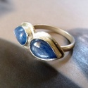 Kianit bajuszka ezüst gyűrű , Ékszer, óra, Gyűrű, Két csepp alakú kianit kabosont foglaltam Sterling ezüstbe. A gyűrű alapja kívül lekerekített, fénye..., Meska