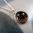 Gránát ezüst nyaklánc, Ékszer, óra, Medál, Nyaklánc, Ékszerkészítés, Ötvös, Elegáns medál gránátból, csipkés ezüst foglalatban. Sterling ezüst lánccal.  Méret: medál: 13x19mm,..., Meska
