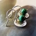 Malachit ezüst fülbevaló mintás koronggal, Ékszer, Fülbevaló, Ékszerkészítés, Egyszerű fülbevaló 6,5 mm nagyságú malachit gyöngyökből, virág mintás ezüst koronggal, ezüst ékszer..., Meska