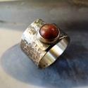 Rusztikus vörös korall ezüst gyűrű, Ékszer, Gyűrű, Fémmegmunkálás, Ötvös, Rusztikus gyűrű vörös szivacskorall kabosonból és Sterling ezüstből. Alapja nyitott, állítható, min..., Meska