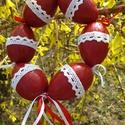 Húsvéti tojás koszorú, Dekoráció, Ünnepi dekoráció, Húsvéti apróságok, Mindenmás, Hungarocell tojásokat bordó akril festékkel festettem, két rétegben lakkoztam. A tojások fehér csip..., Meska