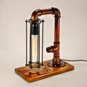 Asztali steampunk hangulatlámpa réz színű csövekből, fa motívummal, Otthon, lakberendezés, Lámpa, Asztali lámpa, Hangulatlámpa, Fémmegmunkálás, Famegmunkálás, Asztali csőlámpa. A lámpatest réz színre festett és feketével ködölt csövekből készült. Ezt ellensú..., Meska