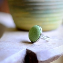 Zöld bőr gyűrű, Ékszer, óra, Gyűrű, Ezüst színű gyűrűalapba helyeztem a zöld bőrrel bevont gombot, melynek mérete 18mm. Az alap ..., Meska