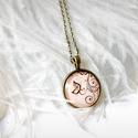 Barack pillangós/indás üveglencsés nyaklánc, Ékszer, Nyaklánc, Antik bronz színű medálalapba helyeztem ezt a szép, barack árnyalatú indás/pillangós képet...., Meska