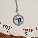 Gorjuss kislányos üveglencsés nyaklánc- esernyős, Ékszer, Nyaklánc, Antik ezüst színű medálalapba helyeztem az esernyős Gorjussos képet.   A kép és a medálalap..., Meska