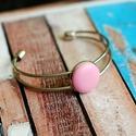 Rózsaszín bőr karperec, Ékszer, Gyűrű, Ezüst színű karperec alapba helyeztem a rózsaszín textilbőrrel bevont gombot, melynek mérete ..., Meska