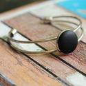 Fekete bőr karperec, Ékszer, Gyűrű, Ezüst színű karperec alapba helyeztem a fekete textilbőrrel bevont gombot, melynek mérete 18mm...., Meska