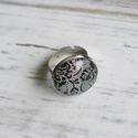 Fekete csipkés gyűrű, Ékszer, Nyaklánc, Antik ezüst színű gyűrű alapba helyeztem ezt a gyönyörű fekete csipkés  képet. Élethű, m..., Meska