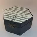 Hatszögletű egyterű doboz, Dekoráció, Otthon, lakberendezés, Tárolóeszköz, Doboz, Decoupage, transzfer és szalvétatechnika, Hatszögletű egyterű doboz. Szalvétatechnikával készült,festett ,lakkozott doboz. Antikolt csattal z..., Meska