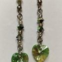 Zöld swarovski szív fülbevaló, Ékszer, óra, Fülbevaló, Ékszerkészítés, Gyöngyfűzés, Cuki lógós, vagy csüngős (kinek, hogy tetszik) füli, zöld, színjátszós szívecskével!  Hossza:  5 cm..., Meska