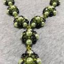 Zöld nyakék, Ékszer, óra, Nyaklánc, Gyöngyfűzés, Ékszerkészítés, Különböző üveggyöngyökből és  teklából készítettem a nyakláncot.  A lánc hossza: 50.5 cm A medál ré..., Meska