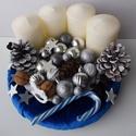 Kék adventi koszorú bársony alapn, Dekoráció, Otthon, lakberendezés, Ünnepi dekoráció, Karácsonyi, adventi apróságok, Virágkötés, Bársony alapon lévő ezüst díszekkel kiegészített adventi koszorú. A hintaló dekor gumiból készült, ..., Meska