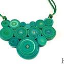 Zöld tekercsek - ékszergyurma nyaklánc, Ékszer, Ékszerszett, Nyaklánc, Ékszerkészítés, Gyurma, Ékszergyurmából készítettem ezt az igazán egyedi medált, amit kristályokkal díszítettem. Dupla sely..., Meska