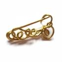 Aranyszín csigák -  sáltű, Ékszer, Bross, kitűző, 1,5 mm-es sárgaréz drótból készült sáltű. Hossza 4,5 cm, legnagyobb szélessége 2 cm. Kötött, horgolt..., Meska