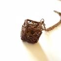 Filigrán kocka - réz nyaklánc , Ékszer, óra, Nyaklánc, Medál, Vörösréz drótból és barna színű csiszolt üveggyöngyből készült medál és lánc. A kocka oldalai 1,7 cm..., Meska