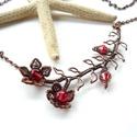 Piros virág - vörösréz nyaklánc , Ékszer, óra, Nyaklánc, Vörösréz drótból és üveggyöngyökből készült nyaklánc.  A merev rész hossza ívben mérve 10 cm, legnag..., Meska