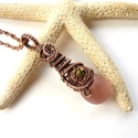 Rózsaszín csepp - réz nyaklánc, Ékszer, óra, Medál, Nyaklánc, Vörösréz drótból és üveggyöngyből készült medál és lánc. A medál hossza akasztóval együtt 5,2 cm.  A..., Meska