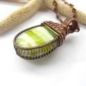 Zöld sávok - réz nyaklánc, Ékszer, Medál, Nyaklánc, Vörösréz drótból és lámpagyöngyből készült medál és lánc. A medál magassága akasztóval együtt 4,8 cm..., Meska