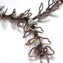 Virágzás - vörösréz nyaklánc , Ékszer, Nyaklánc, Vörösréz drótból és üveggyöngyből, kásagyöngyből készült nyaklánc.  A középső rész hossza ívben mérv..., Meska