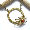 Karika levéllel - sárgaréz nyaklánc , Ékszer, Nyaklánc, Sárgaréz drótból és 4 mm-es karneolból készült nyaklánc.  A karika átmérője 3,4 cm. A láncot szintén..., Meska