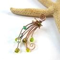 Fülgyűrű zöldben, Ékszer, Fülbevaló, Vörösréz drótból és zöld gyöngyökből készült fülgyűrű. Jobb fülben hordható, normál fülgyűrű méret (..., Meska