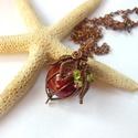 Kerámiagömb - réz nyaklánc, Ékszer, Medál, Nyaklánc, Vörösréz drótból, 20 mm-es kerámiagyöngyből és peridot splitterből készült medál és lánc. A medál ma..., Meska