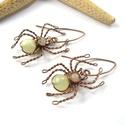 Halványzöld pókok - réz fülbevaló, Ékszer, Fülbevaló, Vörösréz drótból és achát ásványgyöngyökből készült fülbevaló. Hossza akasztóval együtt 4,5 cm. A ké..., Meska