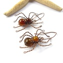 Pókok - réz fülbevaló, Ékszer, Fülbevaló, Vörösréz drótból és achát ásványgyöngyökből készült fülbevaló. Hossza akasztóval együtt 5,3 cm. A ké..., Meska