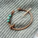 Három pötty - réz fibula, Ékszer, Bross, kitűző, Vörösréz drótból és türkenit gyöngyből készült sáltű. Legszélesebb részén 4,2 cm, a tű 5 cm hosszú. ..., Meska