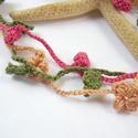 Futórózsa - horgolt nyaklánc, Ékszer, Nyaklánc, Hímzőfonalból három szálat horgoltam, egyikre  leveleket, a másik kettőre virágokat készítettem. Kap..., Meska