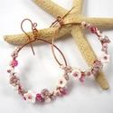 Virágkarika rózsaszínben - réz fülbevaló, Ékszer, Fülbevaló, Vörösréz drótból, kása- és üveggyöngyökből készült  fülbevaló. Hossza akasztóval együtt 6,6 cm.  ..., Meska