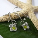 Ezüstszín virág - acél fülbevaló, Hímzőfonalból, japán kásából és acél dró...